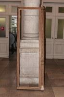 Gedemonteerde raamvleugel. Rechts onderaan : vervangen element van de raamstijl (A. de Ville de Goyet©GOB-MRBC)