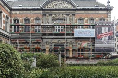 Zuidgevel uitgevend op de binnenkoer tijdens de restauratie van de ramen (A. de Ville de Goyet©GOB-MRBC)