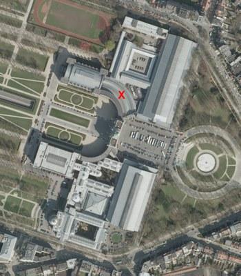 Luchtfoto van het museum met localisatie van de gebogen galerijen (noorden)